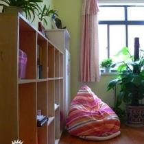 清新绿色的公主房。公主房是家里房间最大的,孩子自由的乐园.我选的韩式粉色床廉.床上隔架各式各样漂亮的芭比娃娃和毛绒玩具,抱一个甜美的睡一觉吧~~~真想做回童年~~~~