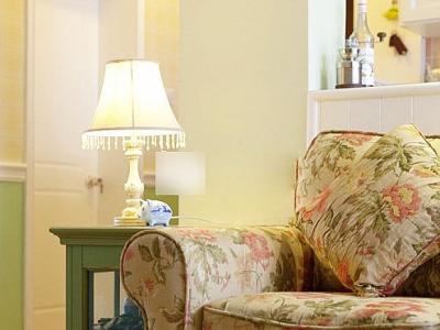 客厅不大,平时生活起居就小两口的事情,因此放置一个这样的田园风格的双人沙发刚刚好。