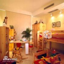 双层床,既满足了孩子爬上爬下的愿望,又增加了玩耍空间