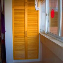 我们小窝其他的房门都是密度板之类的合成木头,就阳台上两个橱的橱门是实木的!爸爸说还真是本末倒置,好门装在了阳台上!这话怎么听都跟那句名言很像:好菜都让猪拱了,好啥都让狗啥了