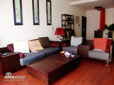 本来沙发背后的国画是另外三幅国画,考虑到色彩的搭配问题,最后选用了一组四幅的国画,青荷鸟语,技法现代,用色前卫,其人其画很受台湾人的青睐。。