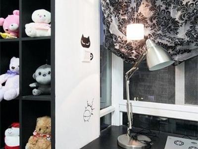 一排排的小玩具,很幸福的一个角落,书桌这里的台灯是金属的,很不错