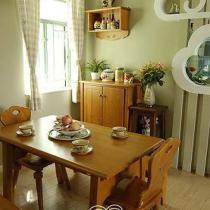 实木餐桌,与茶几、电视柜等家具相呼应。