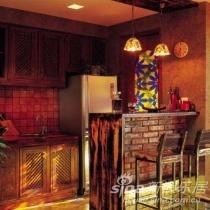 厨房和餐台:一组实木质感的厨柜和餐台相得益彰,彩绘玻璃门外是一个功能性的小阳台;