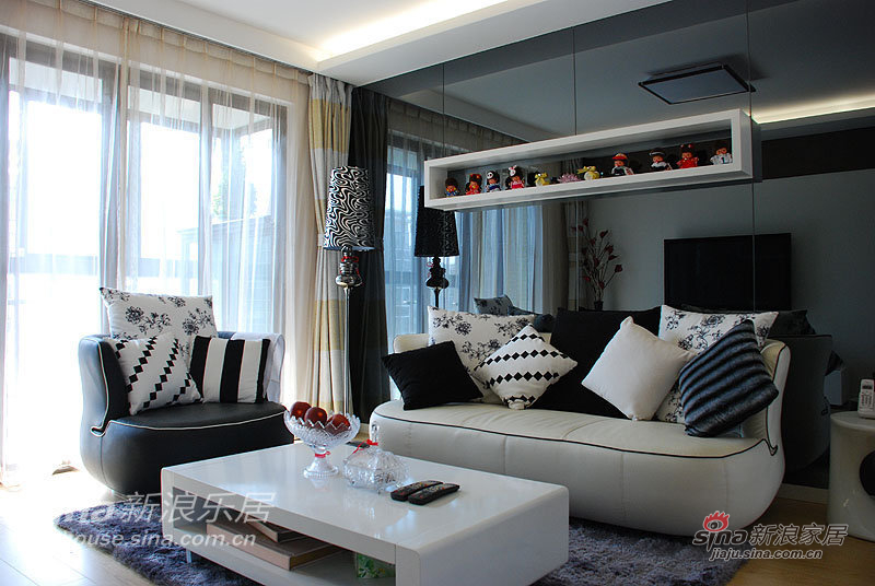 给我家的沙发来个特写~~!沙发背面采用了灰镜的处理方式,注意:是现代灰不是蓝星灰,灰色也分好几种的。镜子的面积很大,差一点点就不能进电梯了