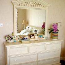 跟这个早买好的柜子是一套的。。光线不同,有点儿色差,有人说镜子照床不是好风水,我家这个没正对着,是在床的侧面的,需要换换位置么?