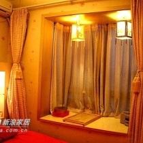 风水上讲究,卧室宜小以聚气。而这个飘窗正好朝东,可以称作紫气东来啦,哈哈