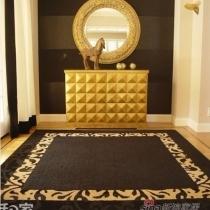 这款正方形玄关,选择了一款正方形虎纹花边黑色地毯作为装饰,搭配出温暖的富贵感受