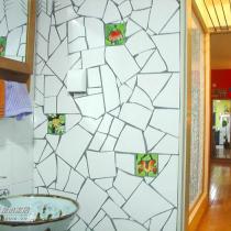 洗手间的一面墙,砖是我们亲手敲碎的。师傅说了,做这一面墙比做一间房还费工夫