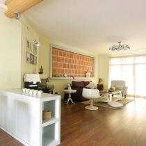 客厅与餐厅用白色家具过渡,不规则的客厅设计合理,分为两个区域:钢琴区、客厅