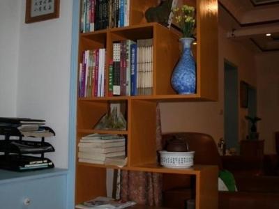 客厅通往阳台的门做了隔架,虽然有些过时,但非常实用