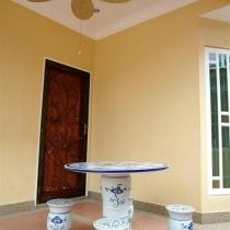 巴厘式的风扇和中国陶瓷桌椅