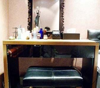 梳妆台搭配复古的镜子和小皮凳