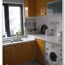 进来看看厨房:林内的灶具,烟机,热水器,康宝的消毒柜,洗衣机是结婚时买的,没钱换新的,所以贴了好多花贴纸遮旧