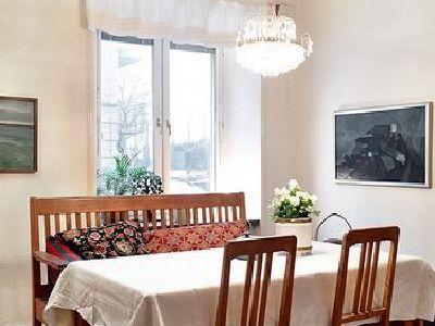 无论是地板和桌椅都非常的简单,洁白的飘窗增加了美感。壁画也很有特色。