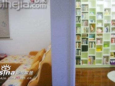与客厅一墙之隔的书房