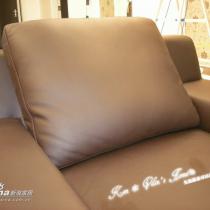 很多朋友说沙发是黑色的,其实是咖啡色,可能是灯光的问题吧!!沙发的真实颜色