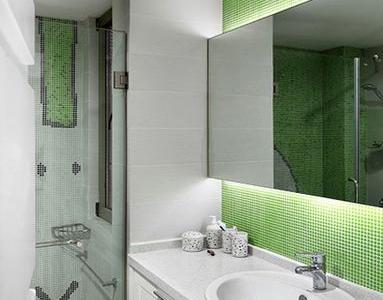 浴室也是一样 绿色马赛克 简单 自然。