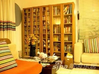 另一个角度看客厅,因为这墙有一个错位,当时胖不知道怎么处理,所以一直空着,我选择了一个桦木的书柜,一半放书,一半放cd,刚好把错位补上了