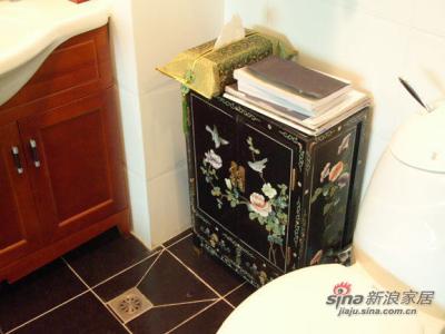 这个卫生间放首饰放书放化装品,就是不能洗澡