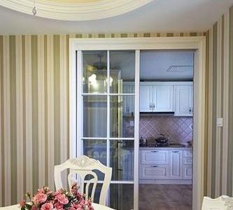 厨房用的是透明的玻璃门,既阻隔油烟又不影响空间的开阔感。