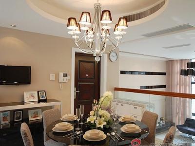 华丽的顶灯,映射影影绰绰的灯光,打造浪漫温馨的就餐环境。