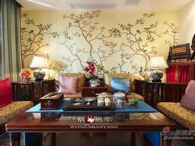 客厅,浓烈的中式风情迎面而来。实木的中式家具配上牡丹花纹坐垫,优雅别致。