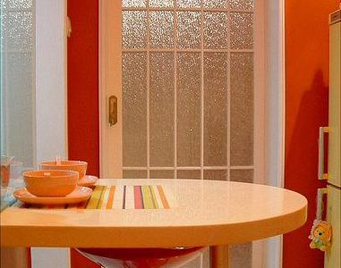 一进门,就是我的一个小餐桌。根据风水问题,如果门正对着窗的话,好象是漏财的,所以中间这样隔断一下,总归要少漏点吧,呵呵!再把卧室门关上,就基本不漏了。。。哈哈