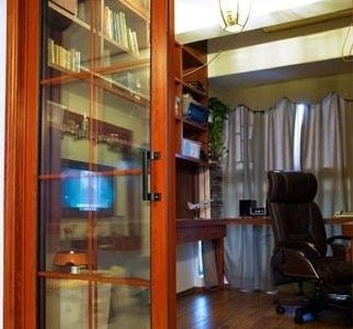 进去看看,这张是拉上窗帘拍得,简单舒适的书房。