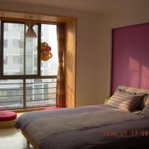 主卧落地窗的地台是专门设计的。
