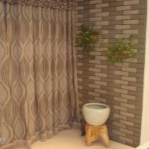 阳台墙使用文化砖,效果还不错,鱼缸里还有锦鲤呢!