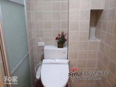卫浴间内部,显得非常简洁,主要是空间不大,放不下更多的东西。不过,主人还是没有忘记在马桶上面放上一盆绿色植物,时刻不忘与大自然亲密接触。