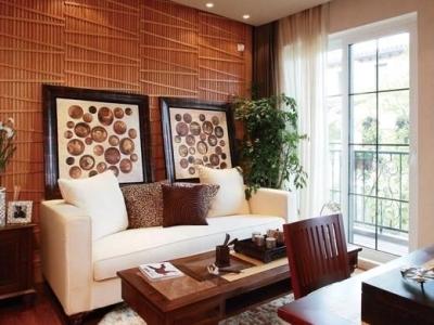 房间选用了亚麻的窗帘和白色的布艺沙发,透过落地长窗,阳光与纤维有着最亲昵的诉说,落在室内也显得颇为温暖。设计师精心打造的木质背景墙面,不平行的线条很独特,增强了纵深感的同时,又倍感生动。与其它木质家具