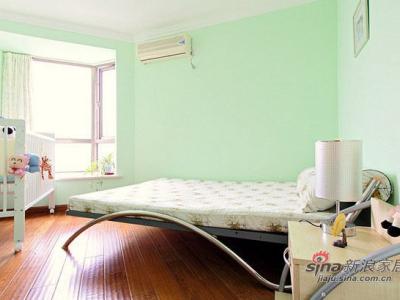 接下来看看卧室的样子,卧室是比较的简约