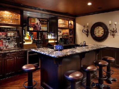 下一届世界杯还用去酒吧看吗?不用,在家里看就行啦!邀上好兄弟们来家里看世界杯是不能更棒的事情了。木制的吧台,舒适的吧椅,微型的壁式酒柜,位置刚刚好的电视机,外加暖意洋洋的灯光,一个家庭式小酒吧就诞生了。