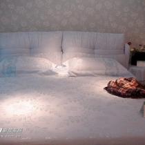 大床的照片是展厅时拍的,这是1米8的,受我卧室的局限性,欧买的1米5滴,一个人是够睡了,两个人也将就,hoho