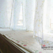 宽敞的飘窗台上专门买的玫瑰包边毯