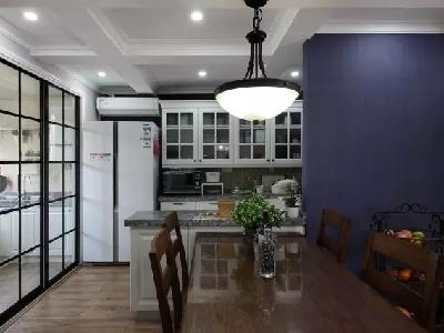 用移门隔开原厨房和阳台,与餐厅相连的部分作为西厨区,阳台部分作为中厨区,避免了开放式格局的油烟问题,同时也丰富了生活。