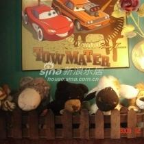 楼梯边上的壁灯和玩具