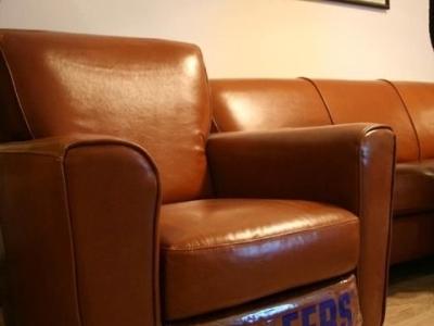 两个单人沙发带连体搁脚垫,可以160度后仰,躺在上面超级舒服