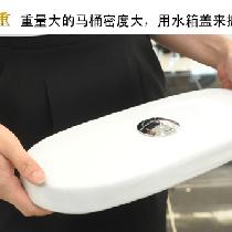 二、重量:马桶一般越重越好 普通的马桶重量在50斤左右,好的马桶100斤左右。高档的马桶因为烧制时的温度高,达到了全瓷化的水平,所以掂在手上会有沉甸甸的感觉。