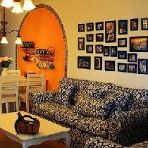 这张可以看到餐桌,餐桌旁边的墙面我让工长用马赛克拼了一个拱形,里面刷的是这样的浓浓的暖黄色,像温暖的阳光一样,这样也能化解一下整个客厅里面单纯的蓝与白带给人的略显清冷的感觉。