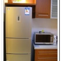 厨房门口角落里的冰箱。可惜啊,在上面先做了个搁板,弄的放不下一米九的冰箱了,只放得下一米七五的了。搁板上放的是假花,以后入住了,要换成真的绿色小盆栽的