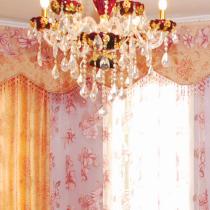 超大的落地窗,用了粉色的碎花窗纱做装饰,美美的