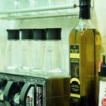 给各种瓶瓶罐罐来个特写,干净整洁。