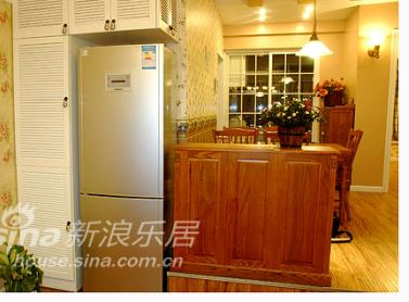 站在客厅看餐厅,冰箱和家具还蛮搭配的