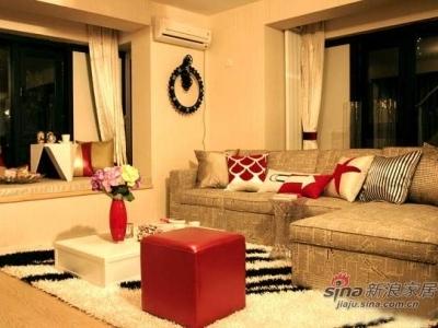一层客厅,矮矮的白色茶几,报纸图案布艺软包沙发,搭配起来很有时尚感。