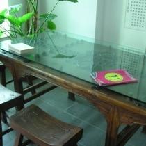 餐桌是在古旧家俱城买的,是用门板做的,桌上的玻璃是自己配的,更实用一些,椅子很沉,要两手才能提起,感觉很不错。