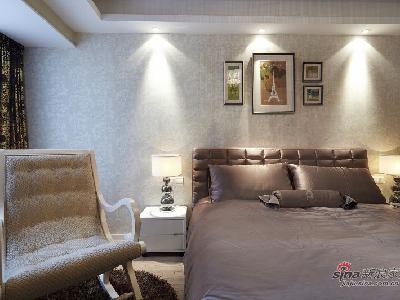 卧室都是使用灰色和白色为主色调,令人感觉到一室的清凉,而且这两种色调搭配起来,使得整个卧室不单调,还简约大方。