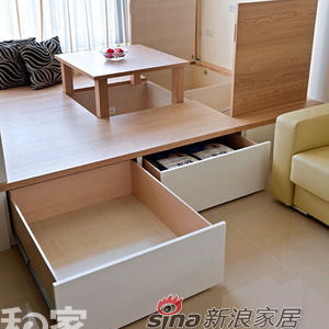 考虑到小坪数机能性需求,架高四十公分地坪改以和室设计,成为侧开、上开兼具的地面空间